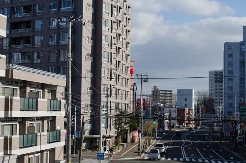 市街地の通りと集合住宅
