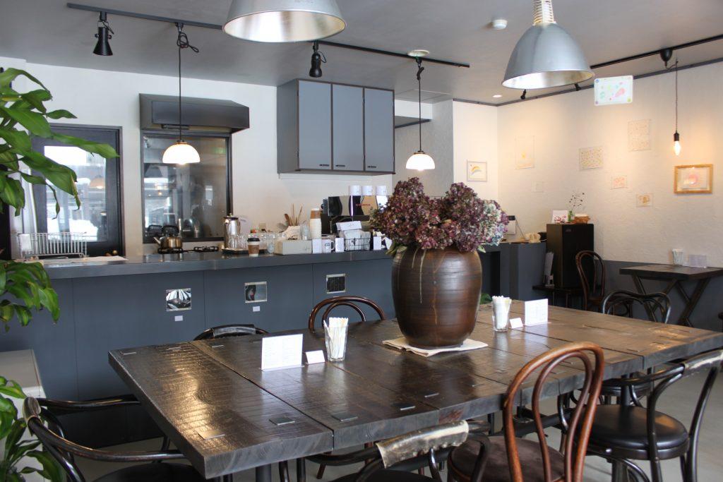 札幌のカフェ、カフネの店内