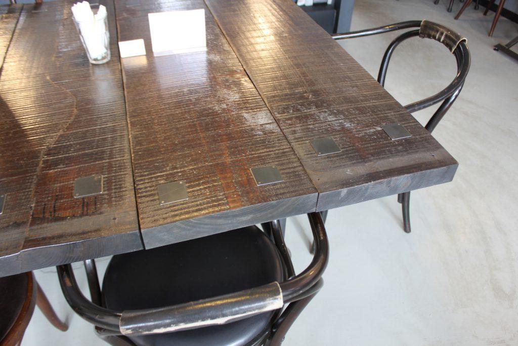 札幌のカフェ、カフネの味わいあるテーブル